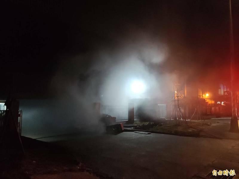 桃園環科園區廠房火警,現場飄散大量濃煙。(記者鄭淑婷攝)