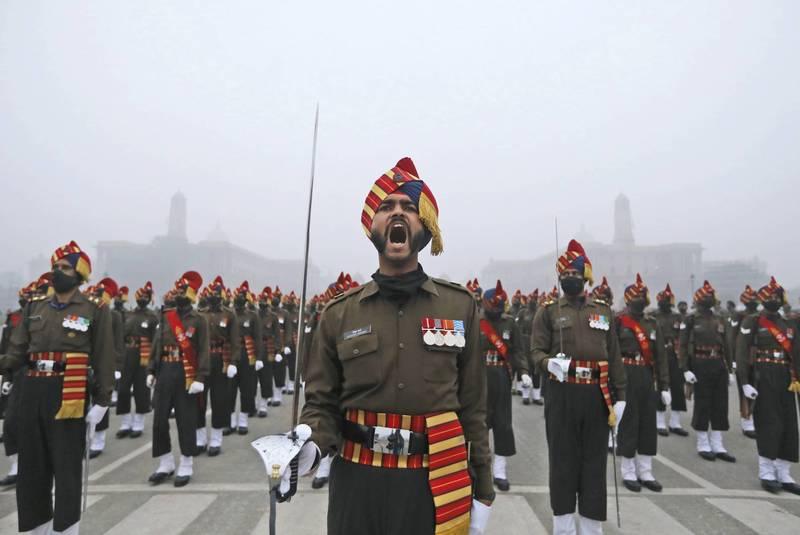 印度政府正推動各軍種統一指揮系統,以回應日益嚴峻的外來軍事威脅。圖為今年1月印度陸軍在國慶日前夕彩排操演。(美聯社檔案照)