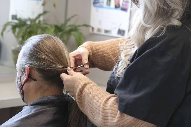 印度德里一家理髮廳曾因不慎「剪壞」顧客頭髮,使得對方嚴重精神崩潰、更失去工作。對此,「全國消費者糾紛補救委員會」近日判決,該理髮廳需向當事人支付約新台幣752萬元的賠償金。示意圖,非當事人。(美聯社)
