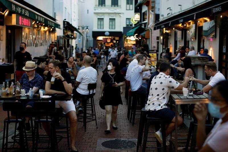 新加坡確診人數屢創新高,將於27日起加強防疫,包括限縮社交聚會、餐廳內用等,以減緩病例增加速度。(路透)