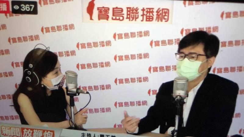 高雄市長陳其邁接受周玉蔻(左)廣播節目專訪。(擷取自寶島聯播網《新聞放鞭炮》)