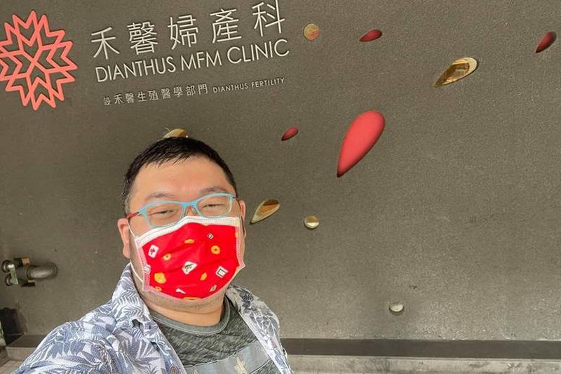 網紅「四叉貓」接種高端疫苗後,到台北市禾馨診所自費驗抗體。(翻攝四叉貓臉書)