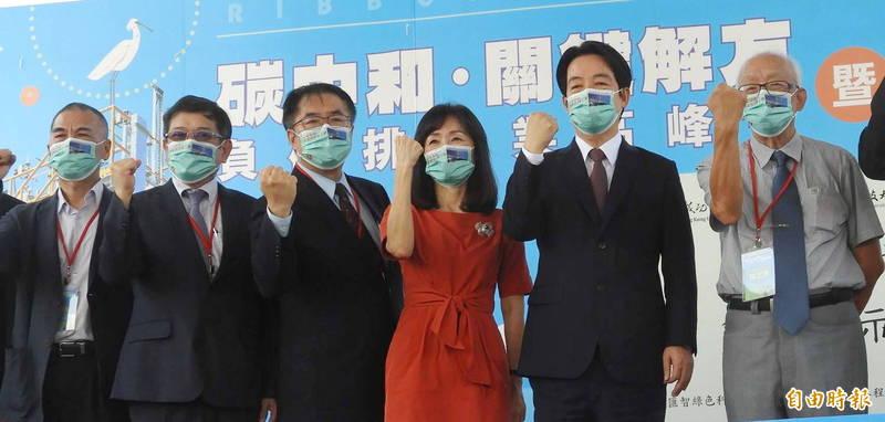 副總統賴清德(右2)、台南市長黃偉哲(右4)今天同台出席全台首座負碳排示範工廠落成啟用典禮。(記者洪瑞琴攝)
