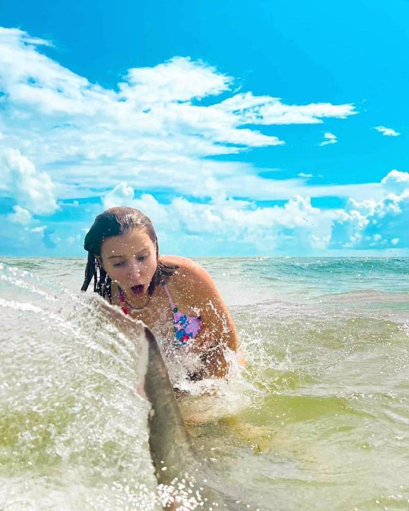 洛韋日前到海邊戲水時,意外碰到約1.2公尺的鯊魚。(圖擷取自nsbinlet官方IG)