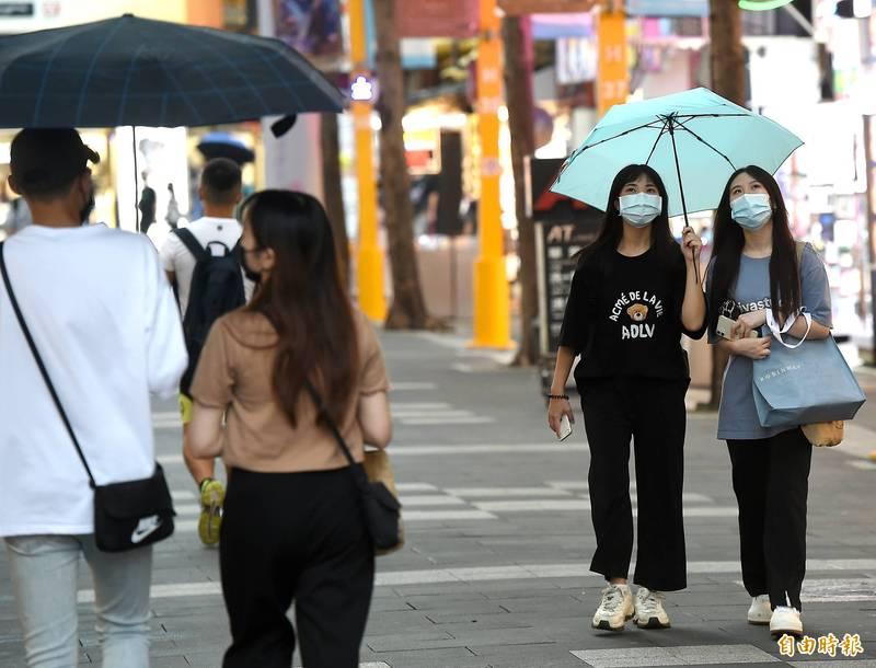 中央氣象局指出,今天(24日)入秋首波東北風報到,北台灣稍降溫,並有局部雨勢。(資料照)