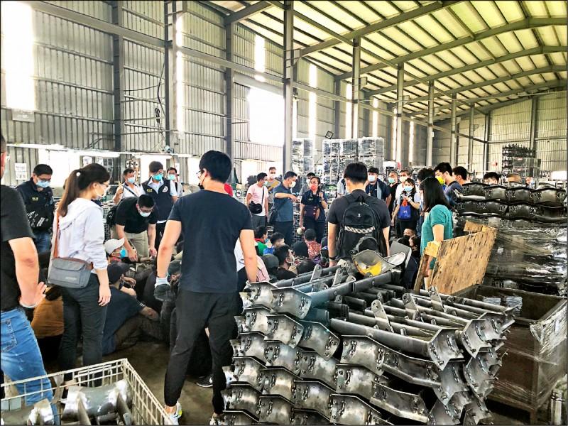彰化專勤隊移民官喬裝成農民,在和美鎮一家研磨工廠一口氣逮獲35名非法移工當黑工。(專勤隊提供)