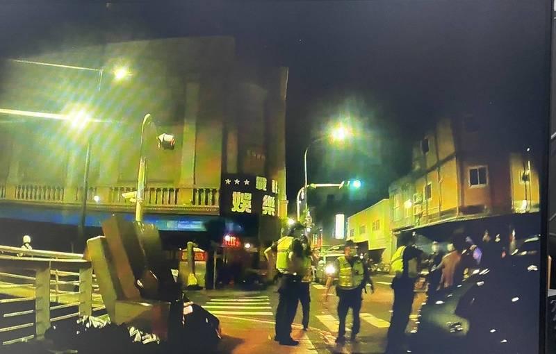 高雄警方凌晨獲報在河北路與南台路口有人打架,前往現場處理。(民眾提供)