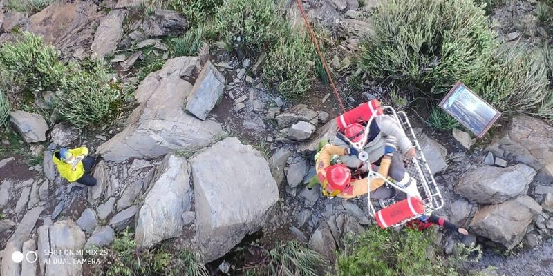 救援人員將受傷的宋男吊掛到直升機。(圖:屏東縣消防局提供)