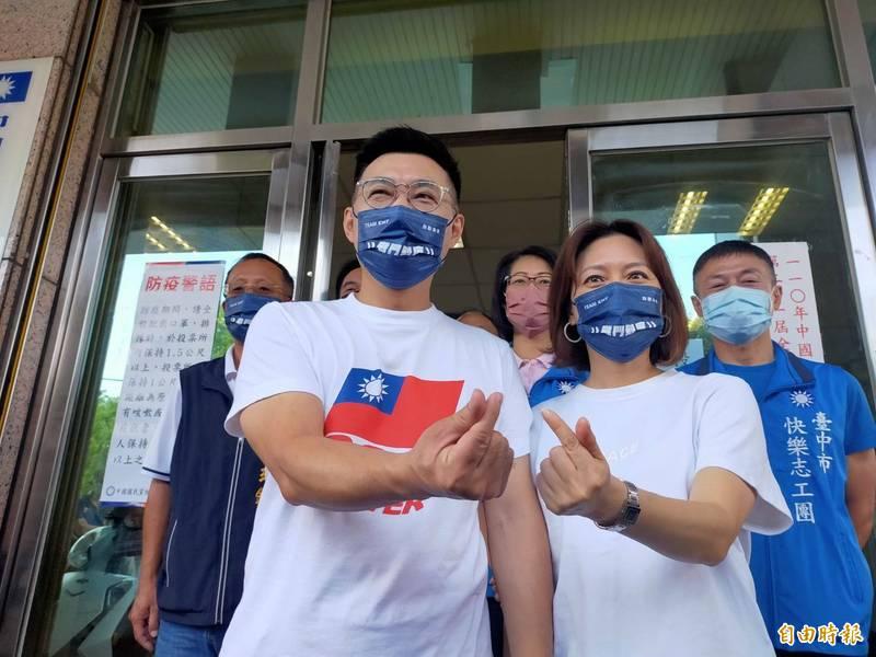 江啟臣(左)在妻子劉姿伶陪同下投完選票。(記者張軒哲攝)