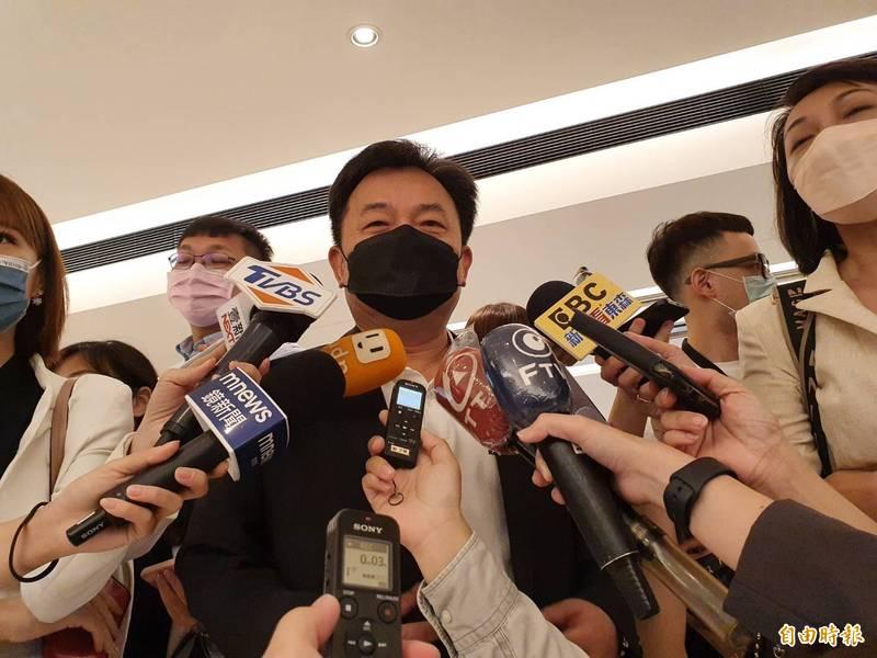 民進黨秘書長林錫耀接受媒體聯訪。(記者謝君臨攝)