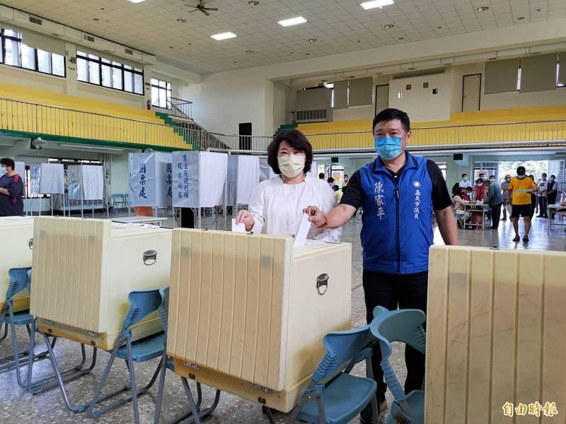國民黨前副主席黃敏惠與黨籍市議員陳家平上午去投票。(記者王善嬿攝)