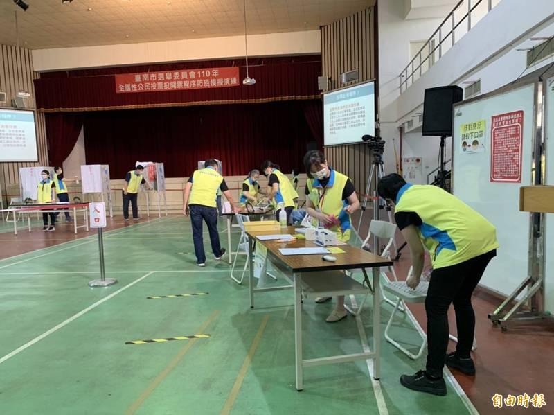 台南市選舉委員會今天在安平國中安平館舉辦全國公民投票防疫模擬演練。(記者洪瑞琴攝)