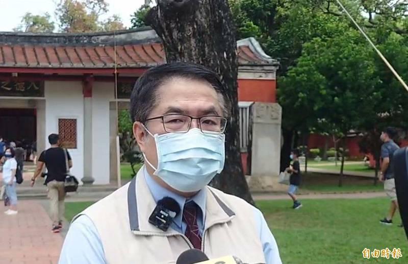 對於國內防疫警戒降級,台南市長黃偉哲今天受訪表達認同,但是一切還是要尊重中央防疫決策。(記者洪瑞琴攝)
