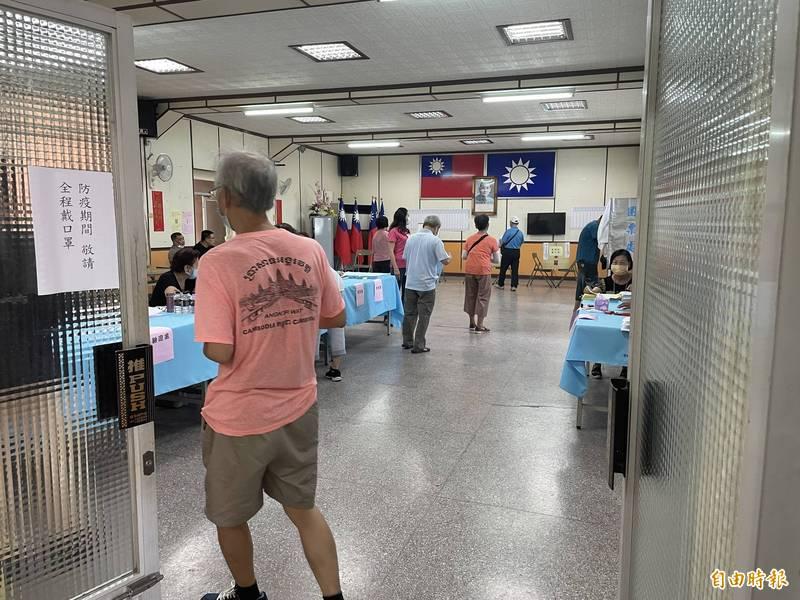 國民黨主席選舉今天投開票,斗六區投票所陸續湧入民眾投票。(記者林國賢攝)