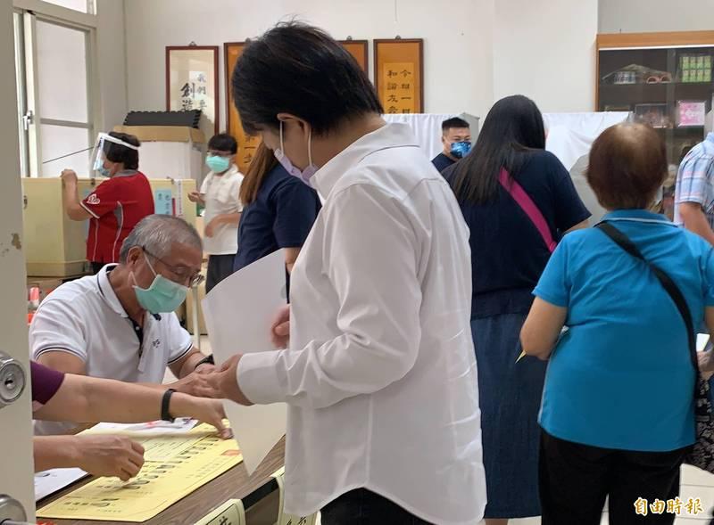盧秀燕今天隻身到投票所領票。(記者蔡淑媛攝)