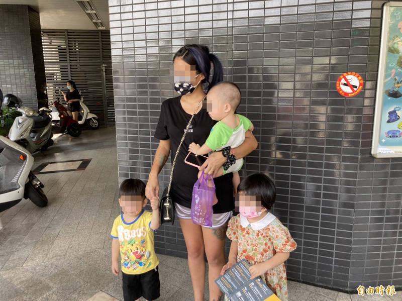 賴女的3個小孩都曾被邱女照顧,老二背部有明顯傷痕。(記者顏宏駿攝)