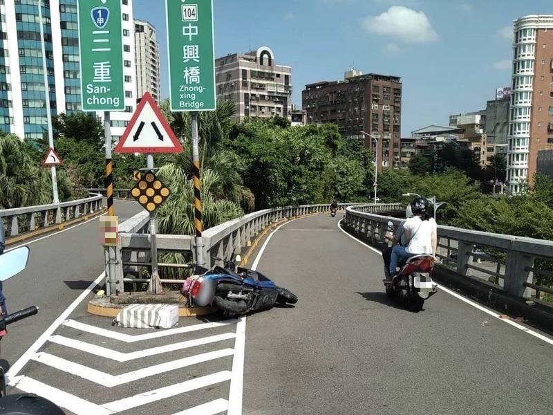 77歲蔣姓老翁騎機車撞重新橋護欄摔落橋底,送醫傷重不治。(記者吳仁捷翻攝)