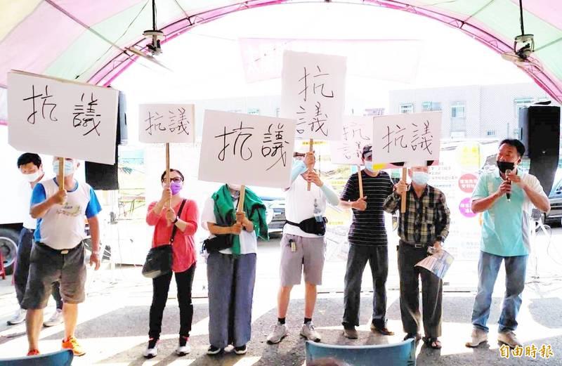 嘉義縣水上鄉柳新村長陳皇如(右1)與鄉親抗議設置大片太陽能板。(記者林宜樟攝)