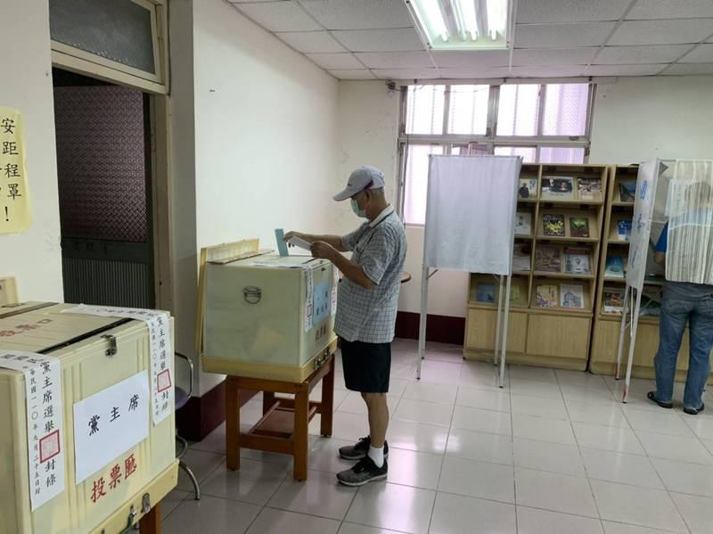 國民黨黨主席選舉今天投票,宜蘭縣投票率53%,圖為民眾投票情形,選舉結果,朱立倫獲得1925票,囊括53.56%選票。(民眾提供)