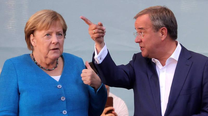 即將卸任的德國現任總理梅克爾(左),25日在執政黨基民黨總理候選人拉謝特(右)家鄉亞琛市為他站台拉票。(歐新社)