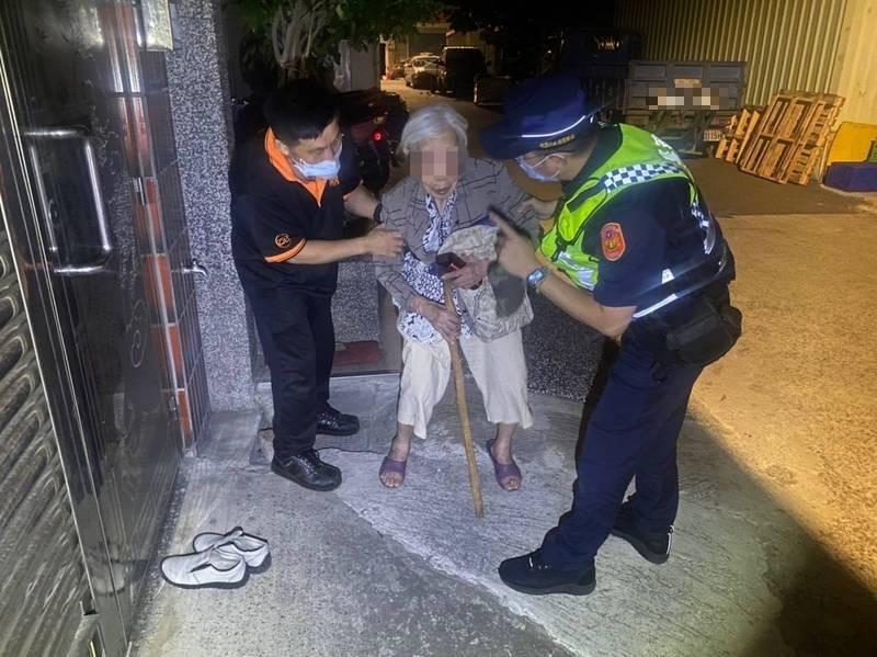 95歲老婦(中)深夜提著行李溜出門,巡警見她蹲坐巷弄協助返家。(記者李容萍翻攝)