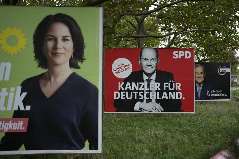 德國大選已造成富人資金外流,圖為柏林市中心的綠黨總理候選人貝爾伯克(前)、社民黨蕭茲(中)和基督教聯盟黨拉謝特(後)的競選看板。(美聯社)