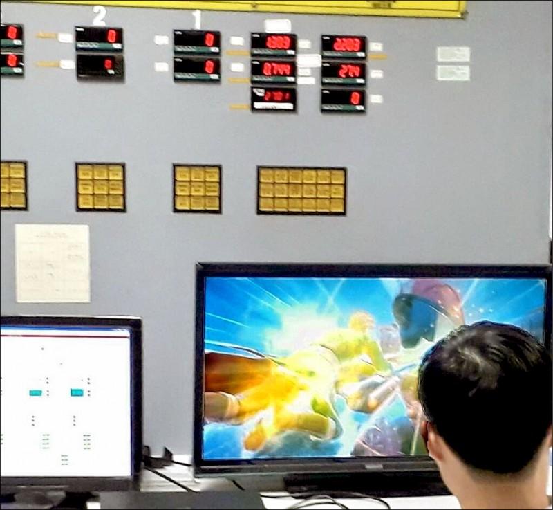 北市雙園抽水站員工利用監控電腦打電玩、看影片,台北市議員王欣儀痛斥,抽水站變成遊戲天堂,太離譜。(北市議員王欣儀辦公室提供)