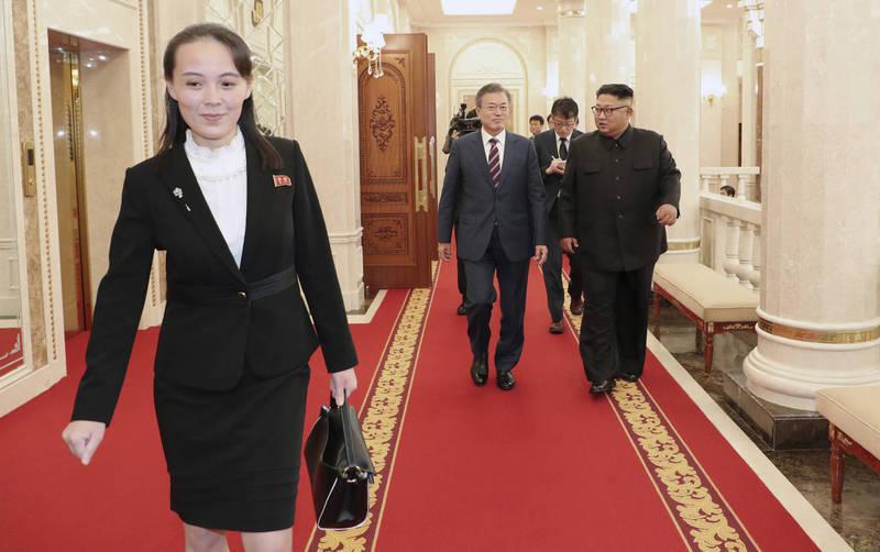 金與正(前左)說,只有雙邊做到公平公正,互相尊重,溝通才會順暢,南北韓高峰會等議題也才能解決。圖為2018年文在寅訪問平壤與金與正會面。(美聯社)