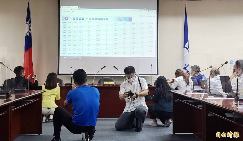 國民黨主席選舉正進行開票作業。(記者方賓照攝)