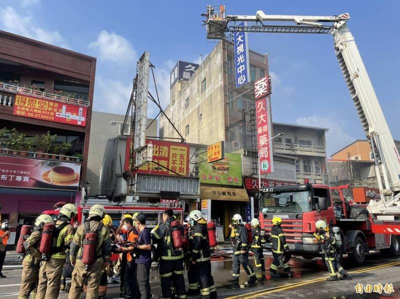 台南市永康區大灣路一處早餐店2樓今下午突竄出火煙,且延燒一旁的眼鏡行,現場濃煙密佈。(記者萬于甄攝)