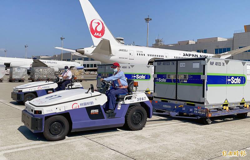 日本政府捐贈台灣的第五批50萬劑AZ武漢肺炎疫苗於25日下午運抵台灣。(記者朱沛雄攝)