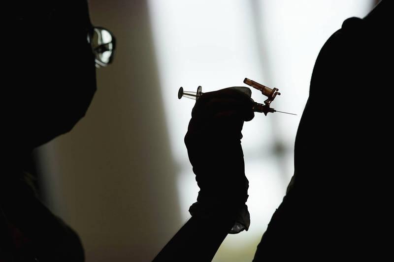近日網路有謠言宣稱,施打莫德納第一劑的老年人「藥效已到」,台灣事實查核中心經訪問多名專家後,判定該謠言「證據不足」。(美聯社)