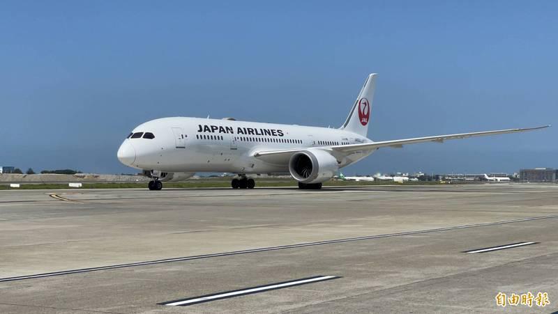 日本贈台50萬劑AZ疫苗抵台。(記者朱沛雄攝)