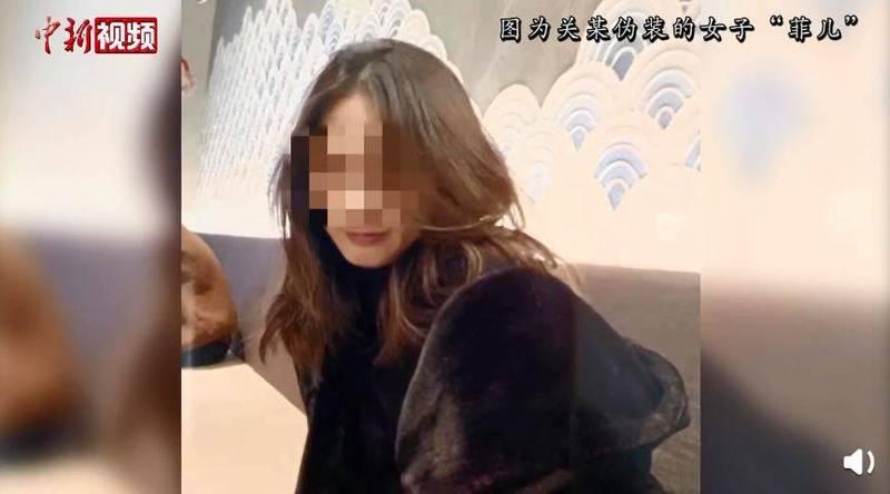 57歲中國女一人分飾4角,成功詐騙超過300萬人民幣(約1288萬台幣)。圖為其偽裝的女子。(圖擷取自微博)