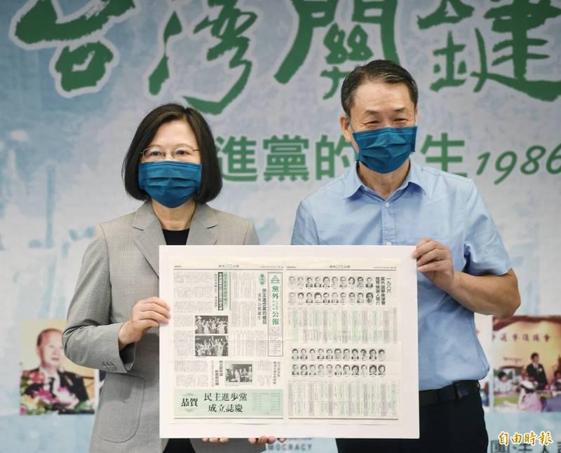 總統蔡英文(左)今日受邀出席「台灣關鍵年代—民進黨的誕生1986-1987」新書發表會,作者邱萬興(右)並致贈他保存多年的龐大珍貴創黨史料。(記者方賓照攝)