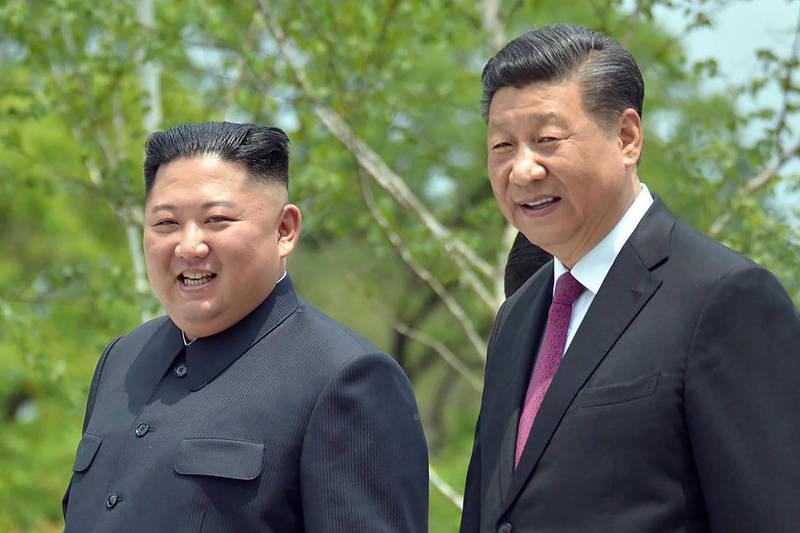 中共領導人習近平(右)向北韓祝賀建政73週年後,北韓領導人金正恩(左)於今日致賀電回覆,除了表示兩國友好,並強調雙方共同合作不斷加強,攜手粉碎敵對勢力。(美聯社)