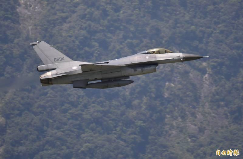 中國23日派出24架軍機擾台灣西南空域,我空軍也派出戰機起飛應對。不料,嘉義基地1架F-16V戰機在進行飛行前檢查開車作業時,主起落架意外收上;空軍司令部今早表示,該架F-16戰機「輕損、人安」,初步調查結果為工作不慎所致。示意圖。(資料照,記者游太郎攝)