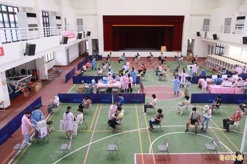 圖為先前台東縣民接種武肺疫苗畫面,圖中人物與本新聞無關。(資料照)