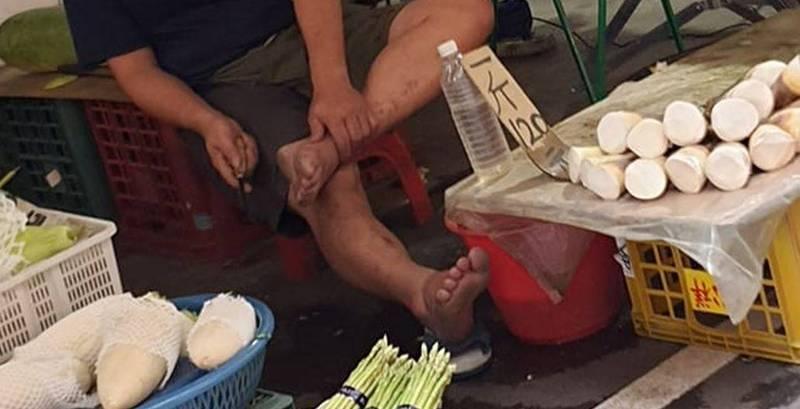 有民眾在臉書發文抱怨,在新北市板橋逛菜市場,驚見1名菜販使用削竹筍的刀具,當眾坐在椅子上削起自己的腳皮。(圖取自爆廢公社)