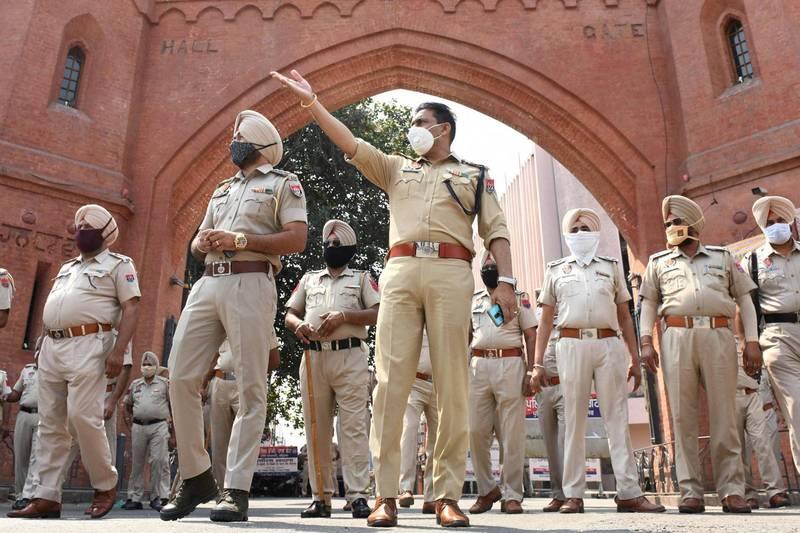 印度發生駭人聽聞的輪姦案件,1名15歲的少女在近8個月內遭到33名男子性侵,警方目前已逮捕了29人。印度警察示意圖。(法新社)
