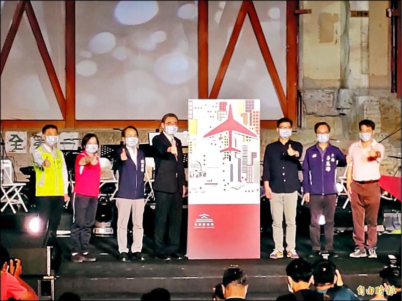 市長陳其邁(右三)指出,意味高雄車站重新連結到城市發展主軸。(記者王榮祥攝)