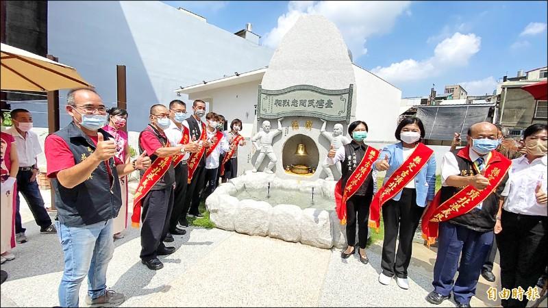 北港義民廟許願池昨天揭牌。(記者詹士弘攝)