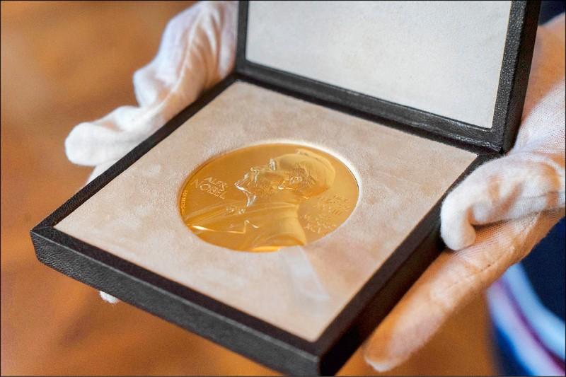 英國數學物理學家潘洛斯去年12月8日榮獲的2020年諾貝爾物理學獎獎章。(美聯社檔案照)