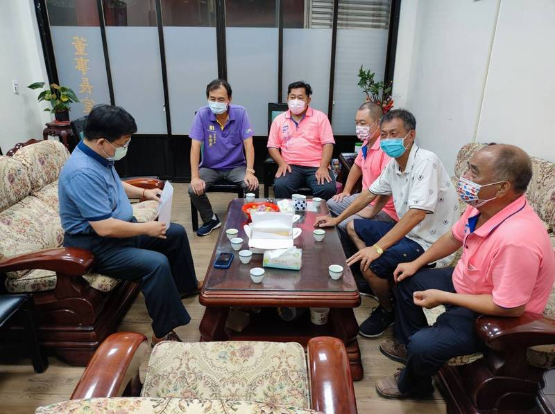 分局長林詮峰為了地方治安,特別請同仁安排拜訪轄區內里長,聽取里長們的建議。(記者吳昇儒翻攝)