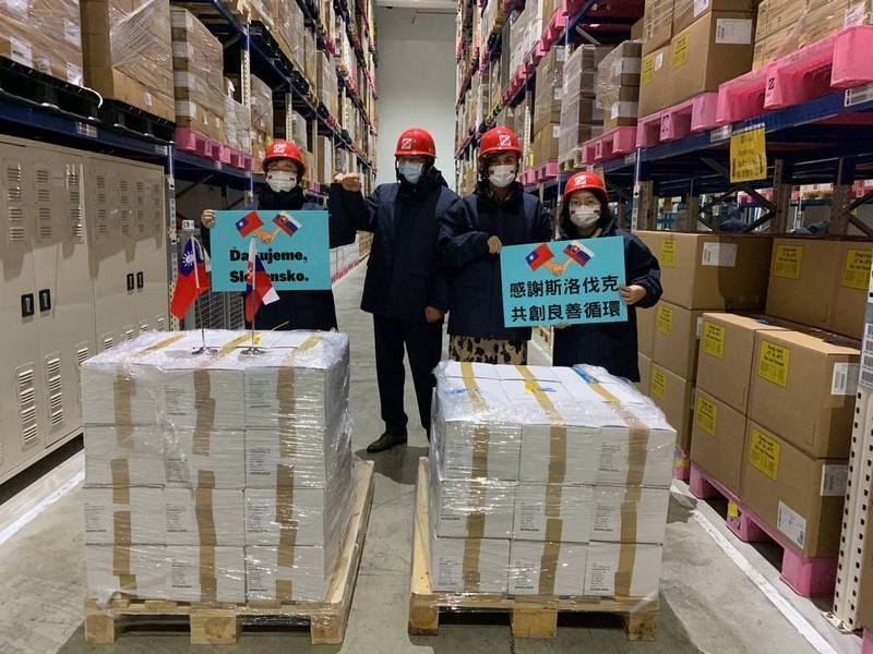 斯洛伐克政府捐贈我國的16萬劑AZ疫苗今(26)日上午順利運抵台灣,疾管署署長周志浩、外交部歐洲司副司長陳詠韶、斯洛伐克經濟文化辦事處代表博塔文(Martin Podstavek)及副代表蘇可娜(Michaela Šuláková)特別到桃園國際機場迎接。(外交部提供)