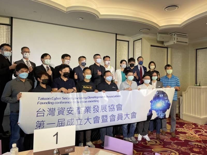 「台灣資安產業發展協會」昨天成立,ZUSO 如梭世代創辦人洪睿荃當選首任理事長。(記者邱俊福翻攝)