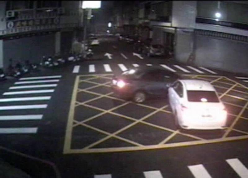 兩輛自小客行經無號誌路口發生碰撞。(民眾提供)