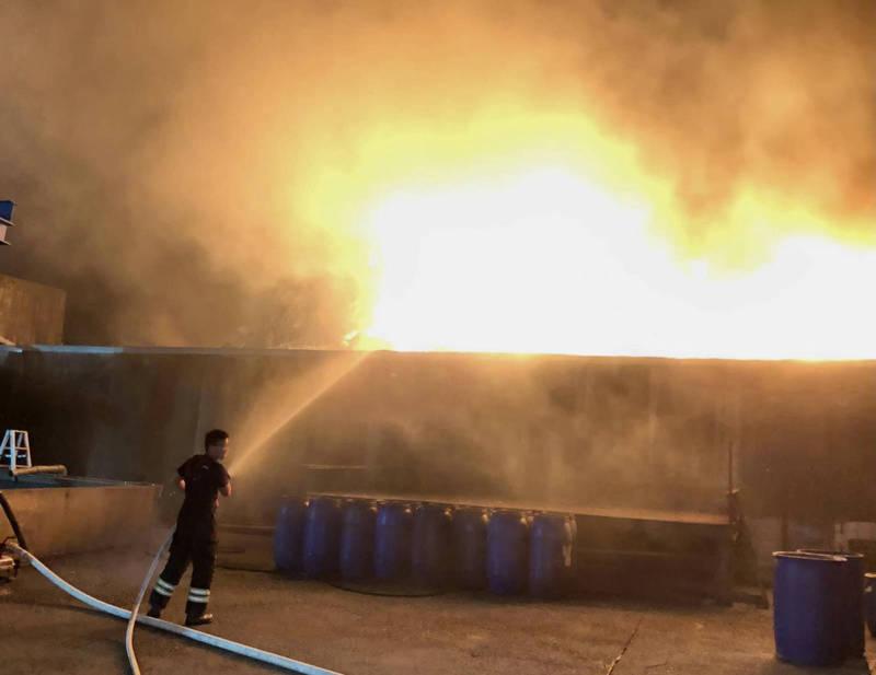 草屯鎮垃圾暫置場25日深夜起火燃燒,火光熊熊頗為驚人。(民眾提供)