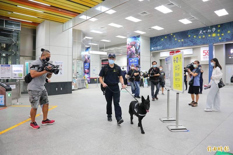 炸彈恐嚇未除,高雄捷警隊與多個警方單位今持續加強站體巡邏。(記者李惠洲攝)