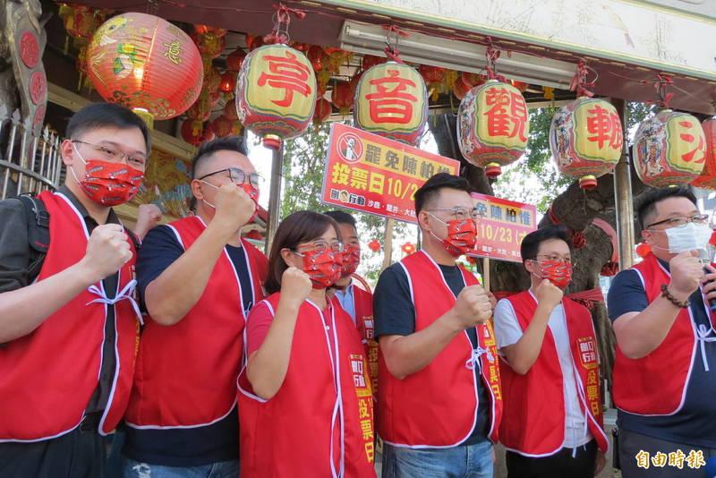 立委江啟臣(左四)及林奕華(左三)等人參加刪Q街頭開講。(記者蘇金鳳攝)